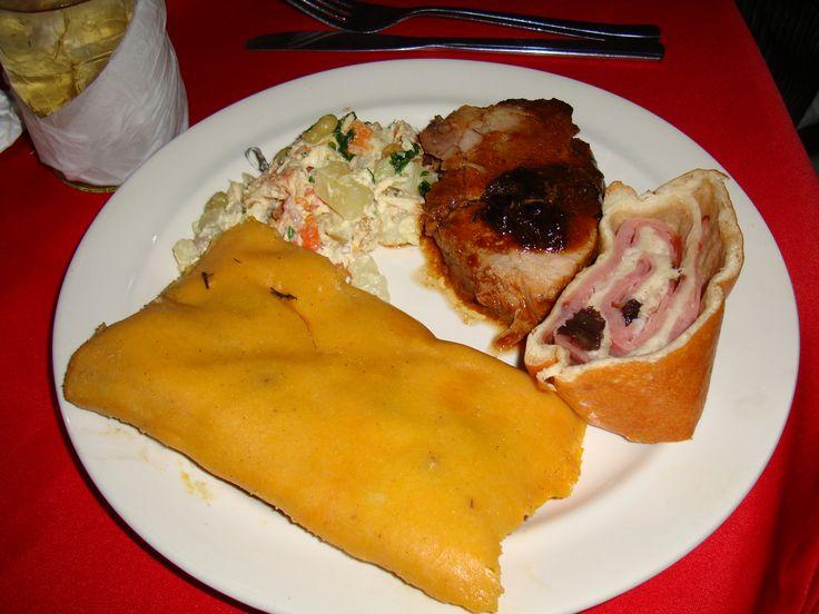Comida típica Venezolana, Hallaca con ensalada de gallina, cerdo y pan de jamon