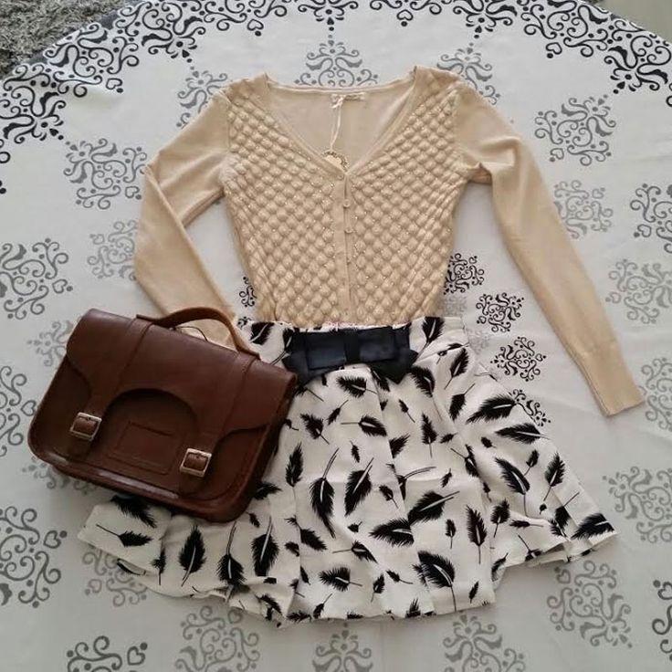 Conjunto saia rodada godê estampa de penas com laço frontal + blusa manga longa de botão + bolsa Croisfelt satchel carteiro marrom transversal 11'' couro legítimo #look #jovem #moça #romantica #retro #vintage #fashion