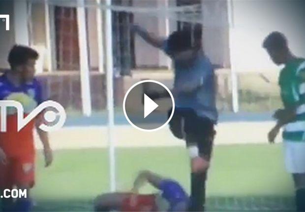 Τερματοφύλακας κλώτσησε με δύναμη στο κεφάλι ποδοσφαιριστή video   Σκληρές οι εικόνες που ακολο...