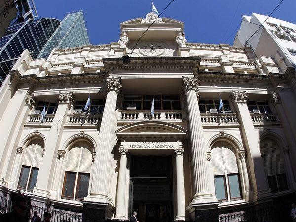 Sería lo último que falta judicializar en Argentina: el dólar y la política monetaria -- http://www.cfkargentina.com/allanamientos-preelectorales-el-partido-judicial-y-su-sec-gral-claudio-bonadio/