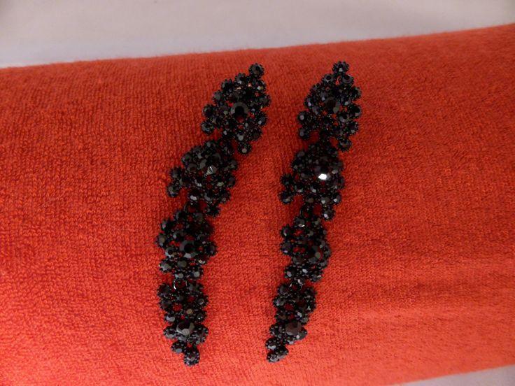 Örhängen med små svarta kristaller