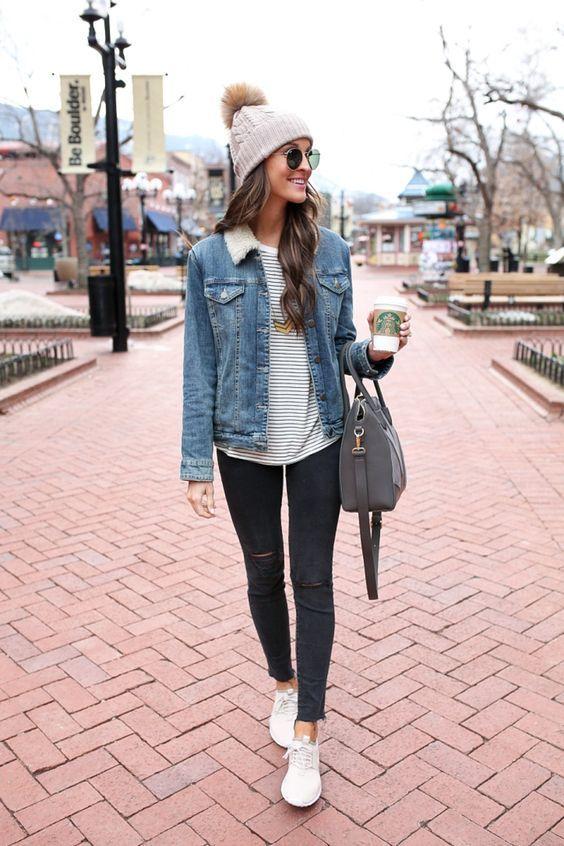 Gorro bege, jaqueta jeans com pelo de carneiro, t-shirt cinza, calça legging preta, tênis branco