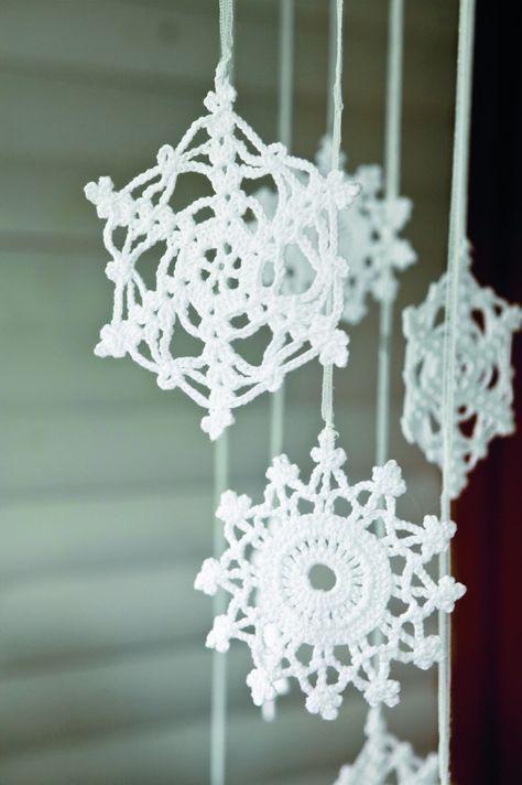 Lager du gjerne litt av julepynten selv? Disse heklede snøkrystallene er både vakre og flotte å dekorere med, enten det er til juletreet, i et vindu, som en uro eller som et girlander.
