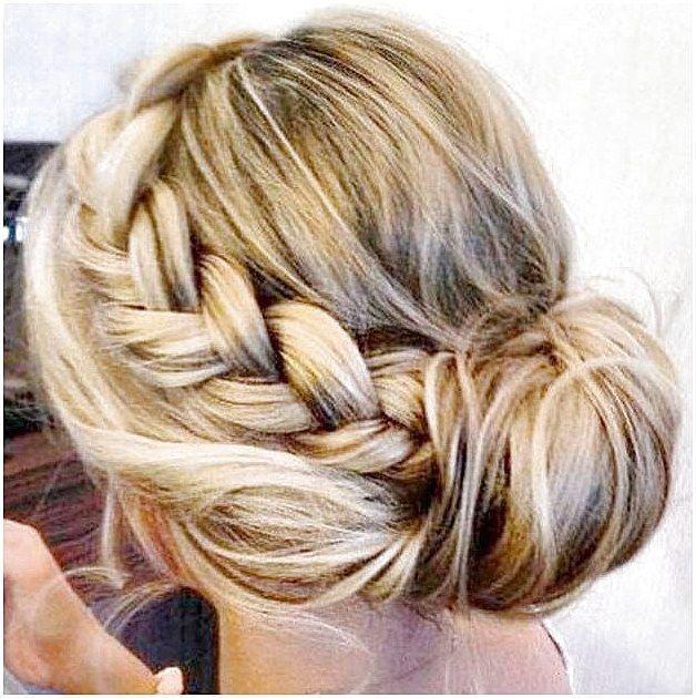 Einfache Frisuren für die Arbeit Messy Bun mit Accent Braid Schnelle und einfache Frisuren für die ... - #accent #arbeit #braid #einfache #frisuren