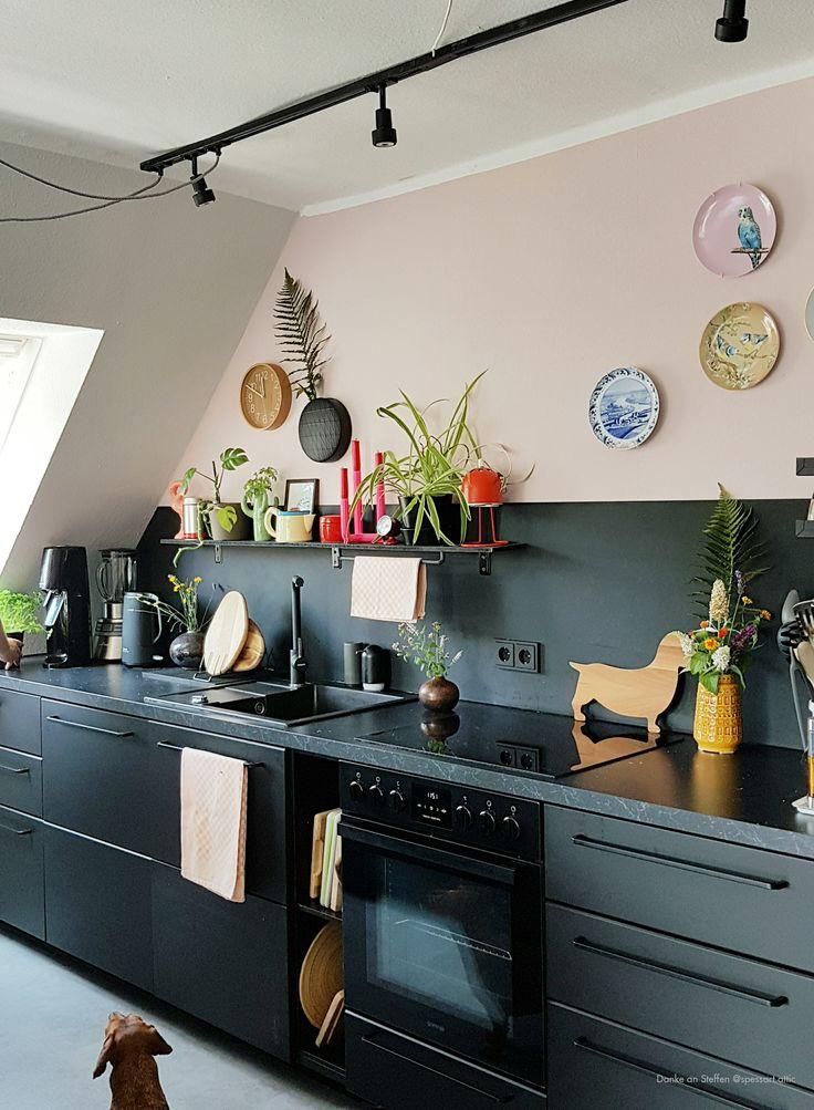 Altrosa als Wandfarbe sieht super aus zu der schwarzen Küche. Wandfarbe von Kolorat. www.kolorat.de #Kolorat #kitchen #Küche #Wandfarbe