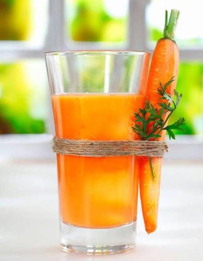 """10 recettes de jus pour bronzer rapidement. Préparer sa peau au soleil pour dorer sans brûler, ça se joue aussi côté cuisine.  Place aux aliments dits « bronzants » riches en béta-carotènes (carottes, poivrons, tomates, melons, abricots, pêches), des antioxydants qui aident à lutter contre les effets des """"UV"""" et du vieillissent qu'on s'amuse à mixer. 10 shots où la caroténoïde forme un écran naturel de protection, pour bronzer facilement, sans jamais dispenser d'un indice élevé à appliquer."""