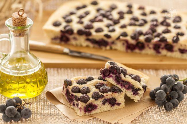 La ciaccia con l'uva è una focaccia tipica della tradizione culinaria Toscana, ottima nel periodo autunnale, quando l'uva è molto dolce.