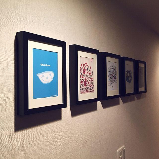 お家は小さな美術館 子どもの作品を上手に飾るコツ10選 子供 作品 収納 インテリア 絵 写真 飾り方 リビング