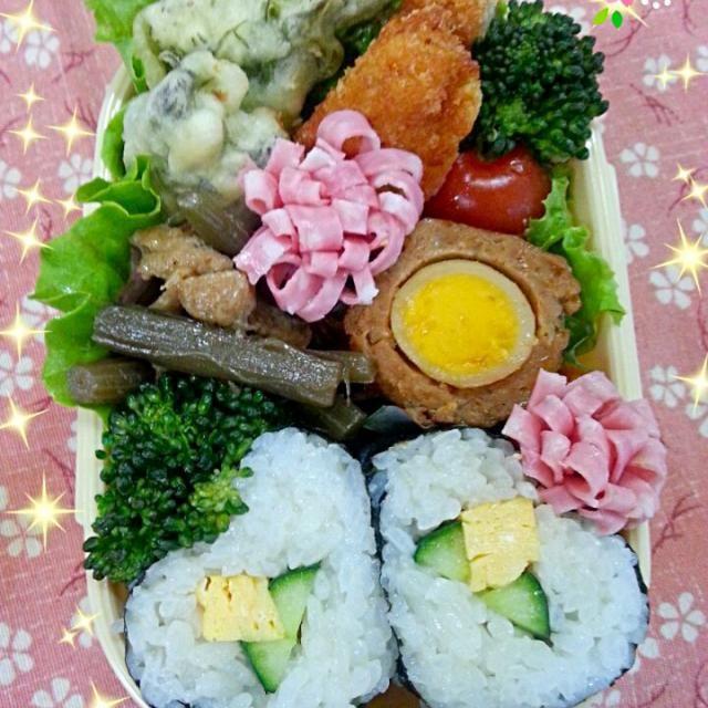 おはようございます(*^o^*)たくさんのもぐもぐ&コメント&リスナップありがとうございます(*^o^*)お返事遅れててごめんなさいm(_ _)m  今日は部活で毎年恒例のお花見に行くとの事で食べやすいように海苔巻き弁当(*^o^*)お弁当食べるだけの短いお花見だけど・・・今年はお天気も良くて桜も見頃で良かった〜*\(^o^)/*  *ハート♡の海苔巻き黄色いお花バージョン *たらの芽の天ぷら *フキの煮物 *スコッチエッグ *チキンカツ *花ハム、ブロッコリー、ミニトマト  海苔巻き形悪い〜(;∀;)(笑)お花に見えるかしら?(;o;)(笑)おかずも買い物してないからある物で・・・(^◇^; - 141件のもぐもぐ - ハート♡の海苔巻き弁当 by sakuracoco