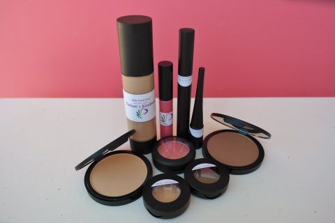 All+your+needs+will+be+met+with+this+supreme+set,which+includes+a+Tinted+Moisturizer+(Natural+or+Medium),+Concealer+,+Pressed+foundation,+Blush(Lily+Pink),+Bronzer(Sunkissed),+Mascara(Black),+Eye+Liner(Black),+Eye+shadow+(Walnut),+and+a+Lusicious+Lip+Gloss+(Coral+Rose).+You+will+look+and+feel+beautiful+naturally+with+a+touch+of+the+summers+glow!+(Model+is+wearing+everything+from+this+set,+using+the+Honey/medium+Tinted+Moisturizer)