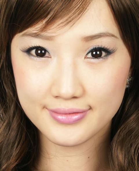 ●BT2 チョコブラウン● ダークチョコレート色のワンカラーで着色されています。フチがクッキリしているので瞳をすっきりと見せる効果があり、着色の内側は瞳に自然になじむデザインのカラコン。自然な深みのある瞳になります。いつもよりキリッと知的な印象のデカ目になるカラコンです。☆カラコンランド☆
