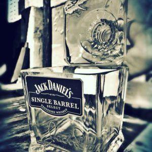 Botella de Jack Daniels Single Barrel cortada como hielera por Green Glass. jack-barrel