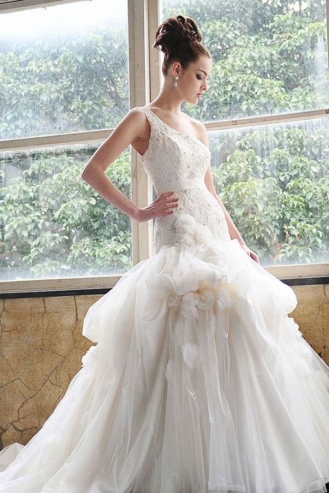Saison Blanche modern stylish one-shoulder wedding gown