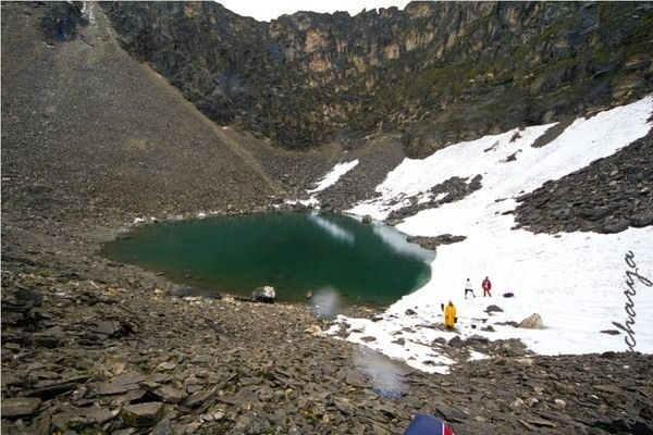 The Skeleton Lake of Roopkund, India | Atlas Obscura In 1942 a British forest guard in Roopkund, India made an alarming discovery. Some 16,000 feet above sea level, at the bottom of a small valley, was a frozen lake absolutely full of 1200 year old skeletons. That summer, the ice melting revealed even more skeletal remains, floating in the water and lying haphazardly around the lake's edges. The cause? Stranger than you'd think.