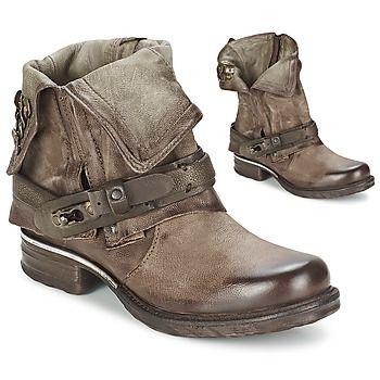 Bien connue pour ses créations de caractère, la marque A.S. 98 ajoute une corde à son arc avec la boot femme Saint Bike. Sa tige en cuir marron et sa doublure en cuir font partie de ses points forts. Pour compléter le tableau, elle est dotée d'une semelle intérieure cuir et d'une semelle extérieure cuir. Ne cherchez pas, elle est parfaite ! - Couleur : Marron - Chaussures Femme 209,00 €