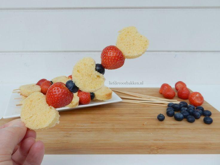 Spiesjes voor moederdag, of leuk voor op een verjaardag of als traktatie! #moederdag #fruit #cake #fruitspiesjes