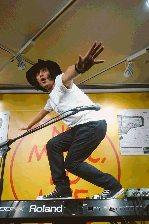 カッコよく撮れなかったけど【拡散】 素敵なアルバム「特異点」は絶賛発売中! リリースツアーは全国15カ所、行こう行こう!  今日のスタイリングとっても良かった、可愛かった。  #schroeder-headz #渡辺シュンスケ