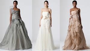 Estamos aqui em defesa dos vestidos de noiva coloridos! Se não é fã desta moda, achamos que vai mudar de ideias depois de espreitar a nossa selecção. O branco continua a ser a cor mais procurada pelas noivas para o dia do seu casamento, mas a tendência dos vestidos de noiva coloridos está claramente em alta. Um toque de cor nos vestidos de noiva é cada vez mais comum, seja apenas com um detalhe discreto (uma faixa ou um cinto), ou um vestido 100% vermelho, azul, bege ou dourado!