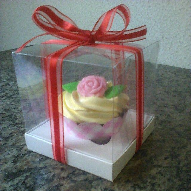 Cupcakes para Festas de 15 Anos em Caixas Individuais de Acetato com Fita.