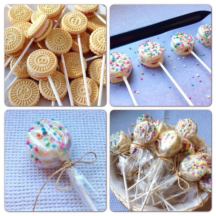 inutilisima cake pops COOKIE-POPS: Clavar palito en la galletita que elijan/ Bañar en chocolate derretido blanco o negro/ Decorar con grageas/Pueden hacer paquetitos para repartir y regalar