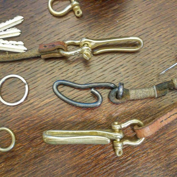 Mal wieder was für den persönlichen Gebrauch aus alten Hundeleinen. Mitte: Alter Haken aus einem alten Nagelbohrer. For personal use from old dog leash. Middle: old hook out of a gimlet. #leather #leatheraccessories #old #dogleash #keyhook #key #keychain #wallet #walletchain #brass #hook #brasshook #shackle #handstitched #Leder #lederaccesories #Messing #messinghaken #schlüsselkette #LederriemenFürsPortemonnaie #handmadeisbetter #lederriemen #handgestochen #handgenäht #alt #hundeleine by…