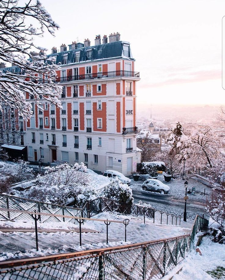 Montmartre sous la neige - février 2018 That's the house that's falling over, to the right of Sacre Couer.
