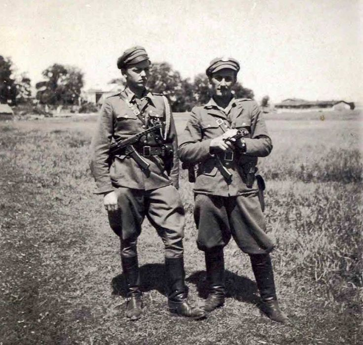 """Żołnierze ze Zgrupowania Oddziałów AK-DSZ-WiN """"Zapory"""" ppor. Marian Pawełczak """"Morwa"""" i ppor. Zbigniew Sochacki """"Zbyszek"""", Lubelszczyzna, czerwiec 1946 r. https://www.facebook.com/Zolnierze.Armii.Krajowej/photos/a.1422579608040136.1073741828.1420818868216210/1468269980137765/?type=1"""