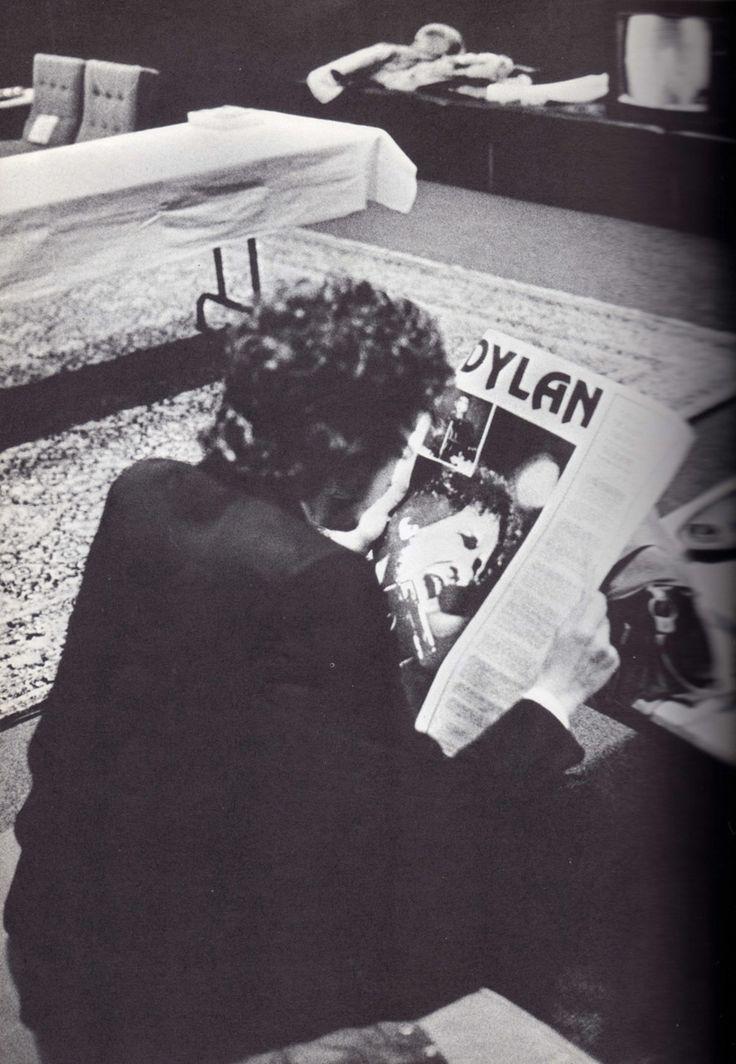 Bob Dylan Gallery - rollingwithjudas: Bob Dylan reading about Bob...