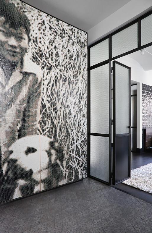 """PASSAGGIO IN BIANCO E NERO Quasi una foto d'autore, la parete in mosaico Bisazza, su disegno di Union Studio, che decora l'antibagno. """"Sentirsi a casa è anche potersi riconoscere nei dettagli che la arredano"""", affermano gli architetti."""