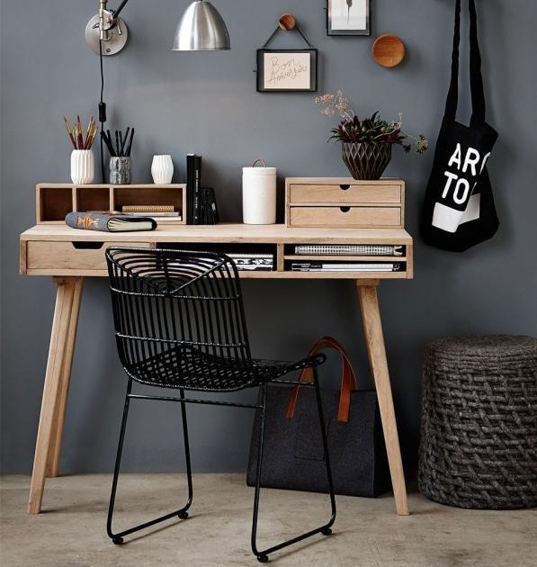 Eichenholz ist der perfekte Partner neben dunklen Grautönen, denn es nimmt der Farbe seine Schwere. Der Beweis: Der kleine Schreibtisch vor dunkelgrauer Wand...