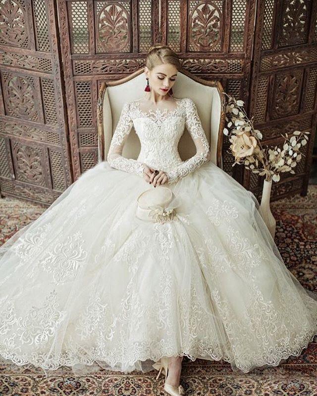 ◌ ❁˚ #長袖×#レース のウェディングドレスの エレガントさは最高 デコルテを覆うレースの刺繍も、 #キャサリン妃 みたいでとっても素敵 * シンプルにまとめた髪型で クールにコーディネートしたい ドレスです ◌ ❁˚ #プレ花嫁##結婚式準備#ドレス選び #ウェディングドレス#marryxoxo