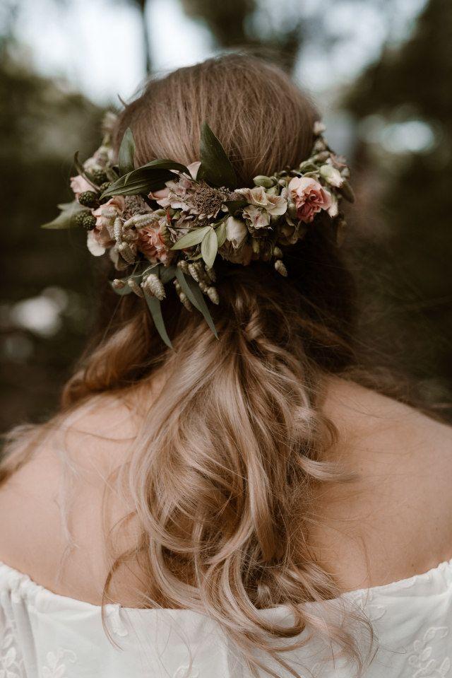 Real Wedding Bohemian Bruiloft In De Bossen Bruidskapsel Bloemen Boheemse Bruiloft Bruiloft