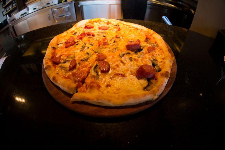 Συννεφιασμένη Κυριακή. So what? Στο Nobell μυρίζει φρέσκια τραγανή πίτσα κατευθείαν από το φούρνο μας και αυτό μας φτιάχνει τη διάθεση! #Pizza #GreekPizza #Nobell