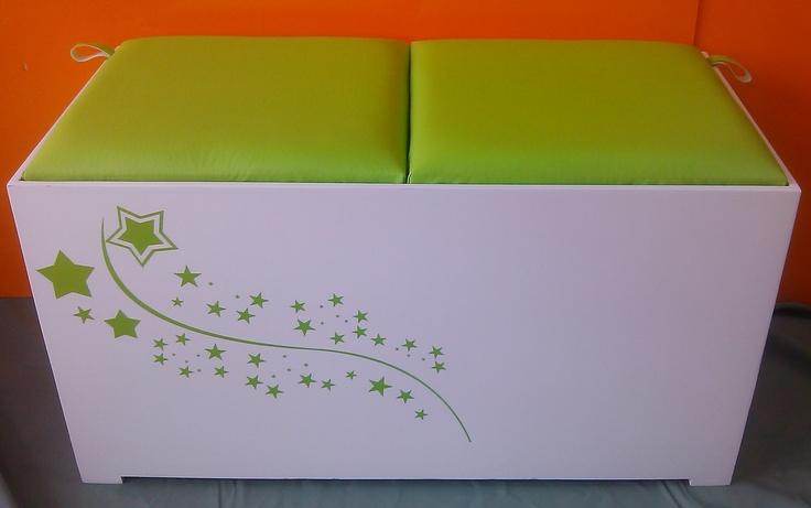 Baúl Puff con tapas acolchadas y detalle en Vinilo Decorativo.