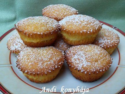 vaníliapudingos muffin 12 db a tésztához : 15 dkg margarin, 17 dkg cukor, 3 tojás, 15 dkg liszt, 2 tk s.por, 1 cs van. cukor A töltelék : 2, 5 dl tej, fél cs van. pudingpor, 1-2 ek cukor A pudingot megfőzőm, kihűtöm. A vajat a cukorral felhabosítom,+ egyenként a tojások. A lisztet, sütőport, a vaníliás cukrot összekev. --> vajas cuccba, az egészet összekev. A muffin formákba egy-egy ek. massza, rá egy ek. pudingot, majd befedem tésztával. 180 fok, 20-25 perc.muffinpapír!