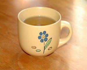Scapa de transpiratie cu ceai de salvie!  Transpiratia excesiva este cauzata de interactiunea dintre bacteriile care exista in mod normal pe pielea noastra si sarurile eliminate prin transpiratie. Salvia contine o substanta numita acid ursolic, care reduce transpiratia  #ceai #ceaiSalvie #salvie #transpiratie