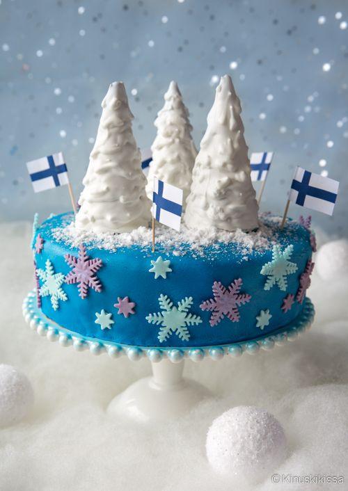 Tämän kakun aihe syntyi talven ja valkean joulun odotuksesta. Tulevan itsenäisyyspäivän tiimoilta ajatukset menivät sinivalkoisiin väreihin, niinpä kakun kuorrutteena on voimakas sininen. Lumi- ja jääkoristeita askarrellessa tuli mieleen lasten suosikkileffa Frozen, jonka tapahtumat sijoittuvat talven keskelle. Vallan hyvin tämä luminen maailma olisi siis käytettävissä myös lasten Frozen-kakussa. Täytteiden sävymaailmakin on talvinen. Suomalainen mustikka sopii mielestäni […]