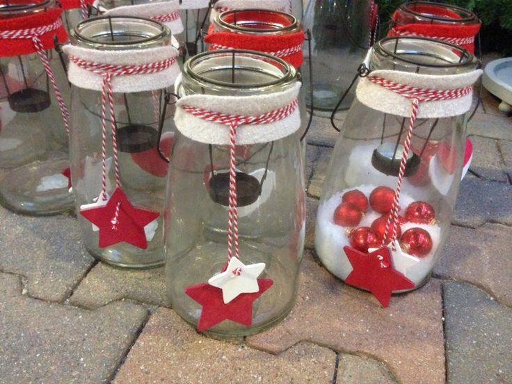 Glazen potten met kerstversiering. Knutselen met kerstmis