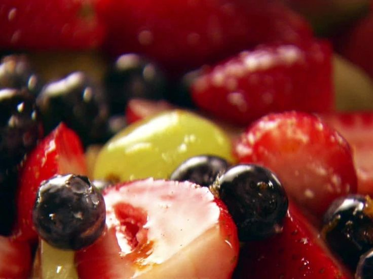 Obstsalat mit Orangen-Vanille-Sirup von FoodNetwork.com   – fruit salad – #FoodN…