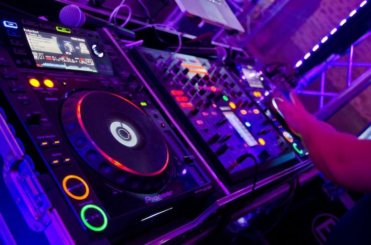 La vidéo qui vous prouve que les plus grands DJs n'en foutent pas une derrière les platines ! Regardez