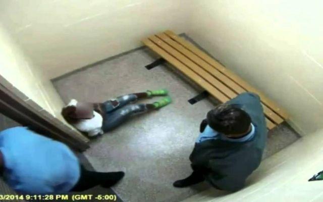 Poliziotto pesta ragazzina in cella: ecco il video shock La polizia USA fa parlare di sé ancora una volta per l'uso ingiustificato della violenza da parte dei suoi agenti. Uno di essi ha, infatti, usato gratuitamente la forza (troppa, a quanto pare) con un #carcere #polizia #cella #neworleans