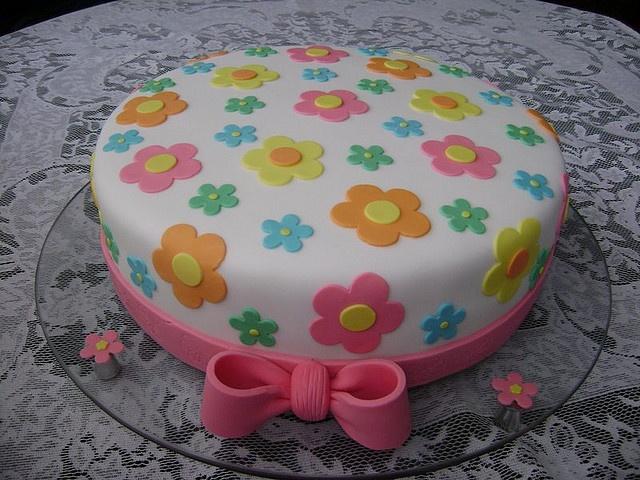 Bolo com flores e laço - cake with flowers by Alexandra Bolos Artísticos, via Flickr