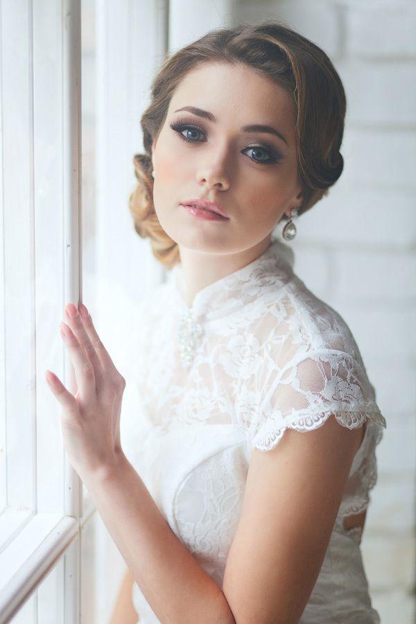 Нежный свадебный образ невесты подчеркнут прической на длинные волосы - собранные локоны