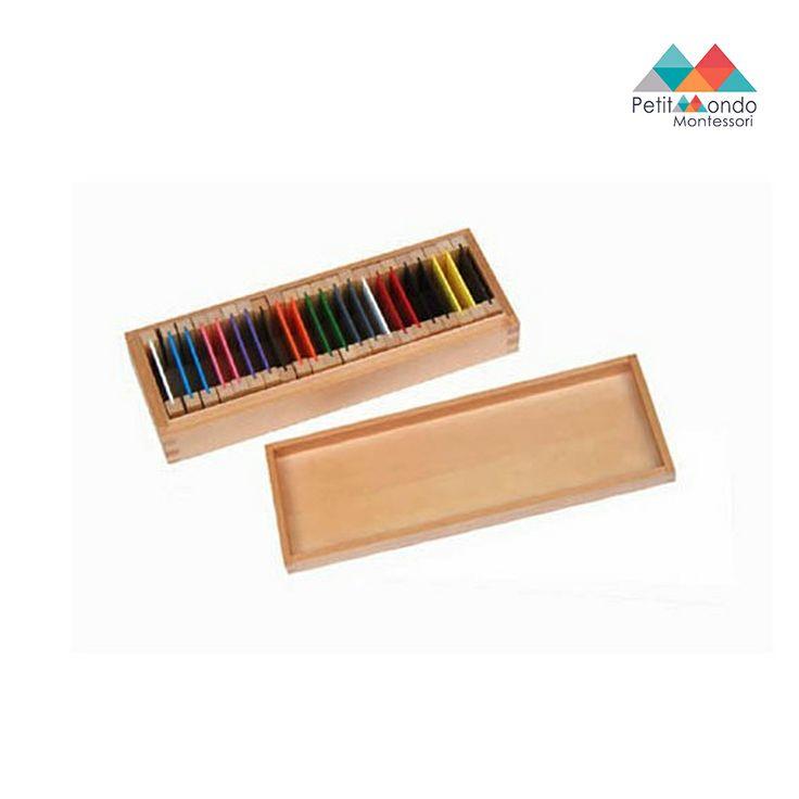 11 placas de cor: branco, preto, cinzento, castanho, azul, verde, rosa, vermelho, laranja, roxo e amarelo.  Cada placa tem aprox.12cmx10cm. A criança pode também utilizar este material com os cartões de cores para download. Este produto não inclui a caixa de madeira