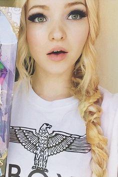Olivia Cameron (nacida como Chloe Celeste Hosterman el 15 de enero de 1996),tiene 19 años y es una actriz y cantante estadounidense, conocida por sus papeles en