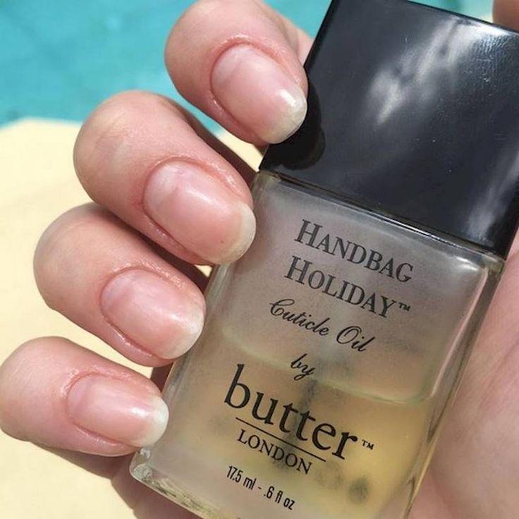 Usa el aceite de cutícula Si tienes las uñas secas y quebradizas, puedes solucionarlo usando aceite de cutícula.