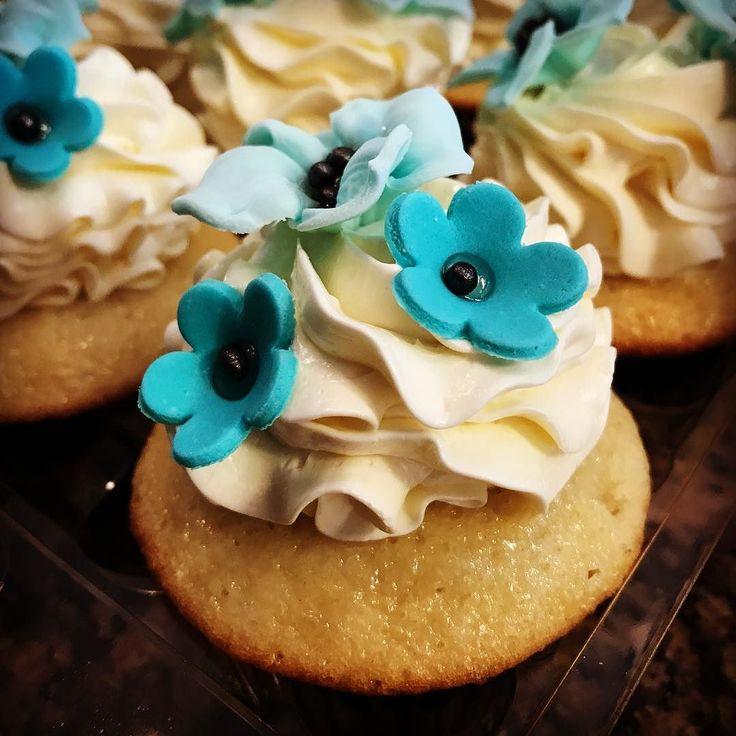 #customcupcakes #cupcakes #buttercream #sugarflowers #custom #cakeroyale #cakeroyalecafe #streetsville #mississauga #instacupcake #instagood