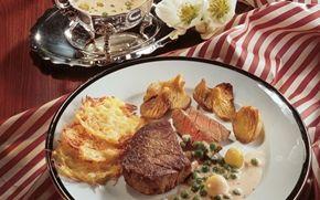 Oksebøffer med kartoffelflager Møre bøffer og sprøde kartofleflager giver et skønt modspil. Sammen med den cremede sauce imponere denne ret hver gang.