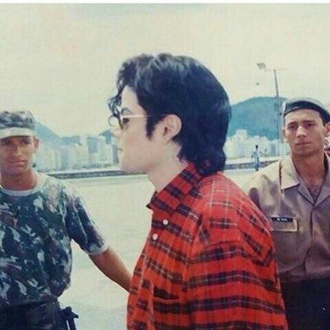 This might just be the best picture in the history of ALL pictures ever!!!! Super rare, amazing, HIStory Era, short hair, 1995, Michael Jackson!!! THIS IS THE BEST PIC EVER I SWARE!! OMJ OMJ OMJ