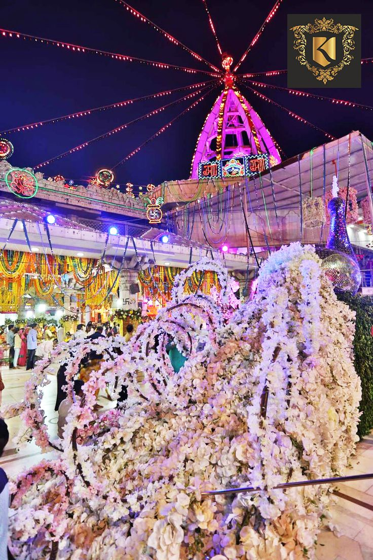 Phenomenal #Decoration with #Flowers & #Lights at #JhandewalanTemple in occasion of #Navratri with blessings of Divine Power